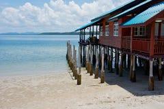 Haus auf Stelzen am tropischen Strand Stockbilder