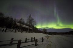 Haus, Aurora, nächtlicher Himmel bei Alaska, Fairbanks Lizenzfreie Stockfotos