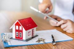 HAUS-B?rsenzulassung des Immobilienmaklers Wohn, Diskussion mit einer Immobilienagentur stockfoto