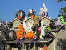 Haus bedeckt in enormen Halloween-Dekorationen lizenzfreie stockfotos
