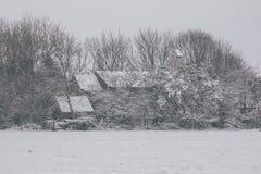 Haus bedeckt im Schnee während des Sturms Emma, alias das Tier vom Osten Lizenzfreies Stockbild