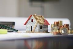 Haus benötigt Geld Stockbild