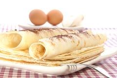 Haus bildete Pfannkuchen auf weißer Platte Stockfotografie