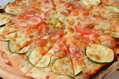 Haus bildete Pizza Lizenzfreies Stockbild