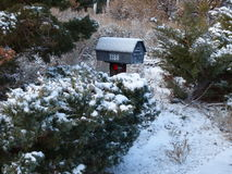 Haus-Briefkasten-Schnee-Hecke Stockfoto