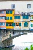 Haus, das auf dem Bogen über Fluss steht Lizenzfreie Stockfotografie