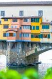 Haus, das auf dem Bogen über Fluss steht Stockbilder