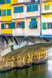 Haus, das auf dem Bogen über Fluss steht Lizenzfreie Stockbilder