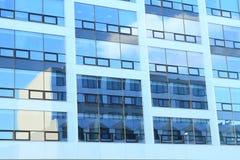 Haus, das auf modernem Bürogebäude widerspiegelt Lizenzfreies Stockbild