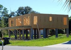Haus, das auf Stelzen errichtet wird Stockfoto