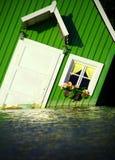 Haus, das auf Wasser schwimmt Lizenzfreie Stockfotografie