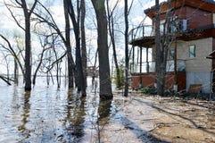 Haus, das durch steigende Hochwasser gedroht wird Lizenzfreie Stockbilder