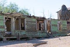 Haus, das einmal Grün war, ist jetzt eine Ruine stockbilder