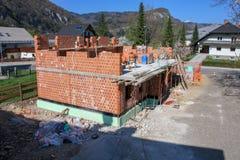 Haus, das mit Ziegelsteinen errichtet wird lizenzfreies stockbild