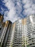 Haus, das in Wolken steigt lizenzfreies stockfoto