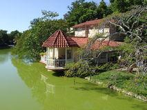 Haus in dem See im Varadero-Strand lizenzfreie stockfotos