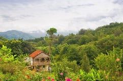 Haus in den Bergen lizenzfreies stockfoto