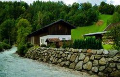 Haus in den Bergen nahe dem Fluss Stockbild
