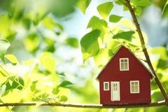 Haus in den Bäumen Stockfotografie