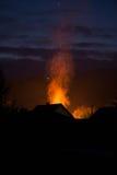 Haus in den Flammen, im Feuer gerade beginnen und in Service-Hafen ` t dennoch Res Stockbild
