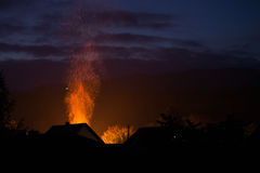 Haus in den Flammen, im Feuer gerade beginnen und in Service-Hafen ` t dennoch Res Lizenzfreies Stockbild