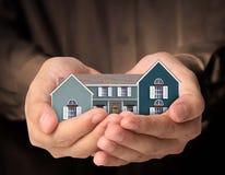 Haus in den Händen Stockfoto