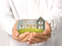 Haus in den Händen Lizenzfreie Stockbilder