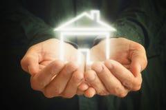 Haus in den Händen eines Mannes Lizenzfreie Stockfotos