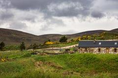 Haus in den Hügeln nahe Halladale-Fluss, Nord-Schottland Stockfotos