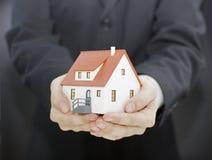 Haus in den Händen Lizenzfreie Stockfotos