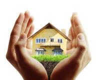 Haus in den menschlichen Händen Stockfoto