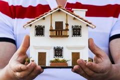 Haus in den menschlichen Händen Lizenzfreies Stockfoto