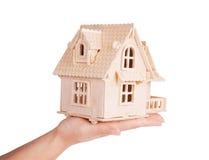 Haus in den menschlichen Händen Lizenzfreies Stockbild