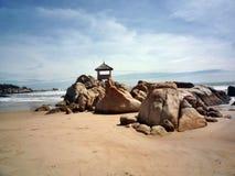 Haus in den Steinen durch das Meer lizenzfreie stockbilder
