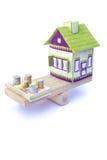Haus in der Balance mit Stapel von Euromünzen und von Banknoten Lizenzfreies Stockfoto