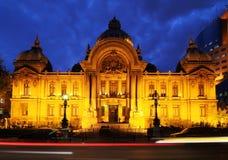 Haus der Finanzierung und der Wirtschaftlichkeit nachts, Rumänien Lizenzfreie Stockfotografie