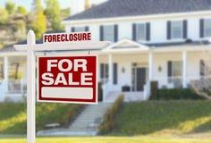 Haus der gerichtlichen Verfallserklärung für Verkaufs-Zeichen vor großem Haus Stockbild