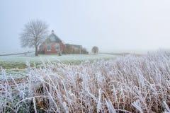 Haus in der Landschaft im Nebel Stockfotos