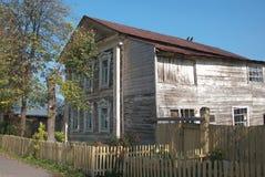 Haus in der Landschaft mit hölzernem Abstellgleise Stockfotografie