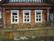 Haus in der Landschaft mit hölzernem Abstellgleise Lizenzfreies Stockbild