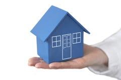 Haus in der Palme Ihrer Hand Lizenzfreie Stockbilder