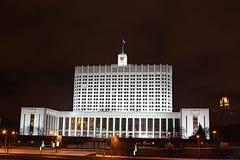 Haus der russischen Regierung nachts Stockfotos