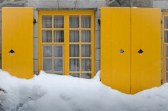 Haus in der Schneewehe Stockbild