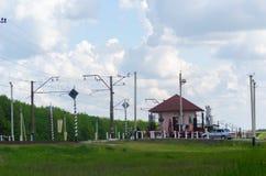 Haus des Bahnwärters auf dem Kreuz der Eisenbahn- und Autostraße Stockbild