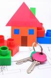 Haus des farbigen Papiers, der Schlüssel und der Bausteine auf Zeichnung des Hauses Stockfotos