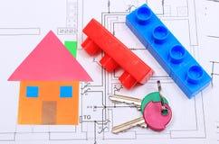 Haus des farbigen Papiers, der Schlüssel und der Bausteine auf Zeichnung des Hauses Lizenzfreies Stockfoto