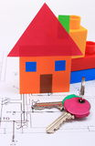 Haus des farbigen Papiers, der Schlüssel und der Bausteine auf Zeichnung des Hauses Stockbilder
