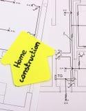 Haus des gelben Papiers mit Textwohnungsbau auf Bauzeichnung des Hauses Stockfotos