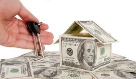 Haus des Geldes und übergeben die Tasten Lizenzfreie Stockbilder