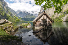 Haus des kleinen Bootes in einem idyllischen Gebirgssee Lizenzfreies Stockfoto